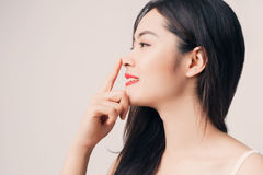 Νέα όμορφη ασιατική γυναίκα με το πρόσωπο smiley και την κόκκινη χειλική αφή στοκ φωτογραφία με δικαίωμα ελεύθερης χρήσης