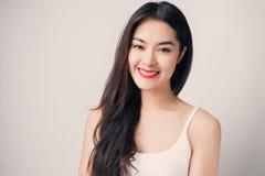 Νέα όμορφη ασιατική γυναίκα με το πρόσωπο smiley στοκ εικόνα με δικαίωμα ελεύθερης χρήσης