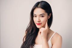 Νέα όμορφη ασιατική γυναίκα με το πρόσωπο smiley στοκ φωτογραφίες με δικαίωμα ελεύθερης χρήσης