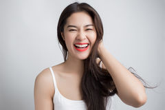 Νέα όμορφη ασιατική γυναίκα με το πρόσωπο smiley στοκ φωτογραφίες