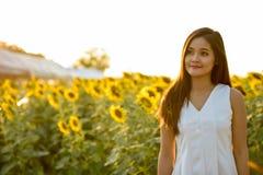 Νέα όμορφη ασιατική γυναίκα που σκέφτεται ανατρέχοντας στο fie Στοκ εικόνα με δικαίωμα ελεύθερης χρήσης