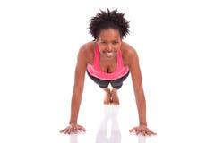 Νέα όμορφη αφρικανική γυναίκα ικανότητας που κάνει την ώθηση επάνω στις ασκήσεις επάνω Στοκ Εικόνες