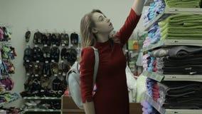 Νέα όμορφη γυναίκα, αγορές, λεωφόρος απόθεμα βίντεο