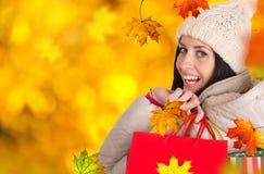 Νέα όμορφη γυναίκα, αγορές φθινοπώρου στοκ φωτογραφία