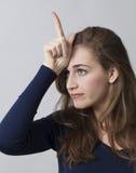 Νέα όμορφη γυναίκα από το σχεδιάγραμμα που μιμείται έναν μονόκερο Στοκ εικόνες με δικαίωμα ελεύθερης χρήσης