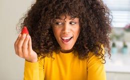 Νέα όμορφη γυναίκα αφροαμερικάνων στο σπίτι στοκ φωτογραφία με δικαίωμα ελεύθερης χρήσης