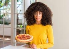 Νέα όμορφη γυναίκα αφροαμερικάνων στο σπίτι στοκ φωτογραφία