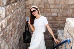 Νέα όμορφη γυναίκα ενάντια σε έναν τοίχο πετρών Στοκ φωτογραφία με δικαίωμα ελεύθερης χρήσης