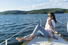 Νέα όμορφη γυναίκα ιστιοπλοϊκή σε μια λίμνη Στοκ φωτογραφίες με δικαίωμα ελεύθερης χρήσης