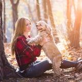 Νέα όμορφη γυναίκα και το σκυλί της (αμερικανικό κόκερ Στοκ Φωτογραφία