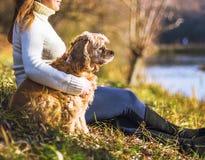 Νέα όμορφη γυναίκα και το σκυλί της (αμερικανικό κόκερ Στοκ εικόνες με δικαίωμα ελεύθερης χρήσης