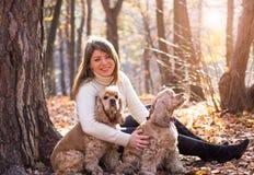 Νέα όμορφη γυναίκα και το σκυλί της (αμερικανικό κόκερ Στοκ φωτογραφίες με δικαίωμα ελεύθερης χρήσης