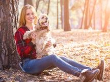 Νέα όμορφη γυναίκα και το σκυλί της (αμερικανικό κόκερ Στοκ Φωτογραφίες