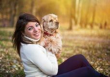 Νέα όμορφη γυναίκα και το σκυλί της (αμερικανικό κόκερ Στοκ εικόνα με δικαίωμα ελεύθερης χρήσης
