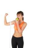 Νέα όμορφη γυναίκα μετά από το χρόνο ικανότητας και άσκηση με το πράσινο μήλο Στοκ Εικόνες