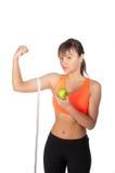 Νέα όμορφη γυναίκα μετά από το χρόνο ικανότητας και άσκηση με το πράσινο μήλο Στοκ εικόνες με δικαίωμα ελεύθερης χρήσης