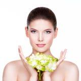 Νέα όμορφη γυναίκα με ένα υγιές καθαρό δέρμα Στοκ εικόνα με δικαίωμα ελεύθερης χρήσης