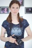Νέα όμορφη γυναίκα με μια κάμερα DSLR στοκ φωτογραφία