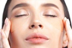 Νέα όμορφη γυναίκα με τα διαφανή μπαλώματα κάτω από τα μάτια με στοκ εικόνες με δικαίωμα ελεύθερης χρήσης