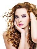 Νέα όμορφη γυναίκα με τα τριχώματα ομορφιάς Στοκ φωτογραφία με δικαίωμα ελεύθερης χρήσης