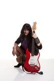 Νέα όμορφη γυναίκα με την κιθάρα στο στούντιο Στοκ Εικόνα