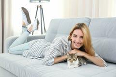 Νέα όμορφη γυναίκα με τη γάτα στοκ εικόνα με δικαίωμα ελεύθερης χρήσης
