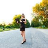 Νέα όμορφη γυναίκα με τις εργασίες συγκέντρωσης με ένα lap-top Στοκ εικόνα με δικαίωμα ελεύθερης χρήσης