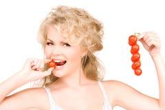 Νέα όμορφη γυναίκα με τις ώριμες ντομάτες Στοκ φωτογραφίες με δικαίωμα ελεύθερης χρήσης