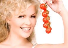 Νέα όμορφη γυναίκα με τις ώριμες ντομάτες Στοκ εικόνα με δικαίωμα ελεύθερης χρήσης