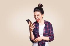Νέα όμορφη γυναίκα με το έξυπνο τηλέφωνο στοκ φωτογραφίες με δικαίωμα ελεύθερης χρήσης