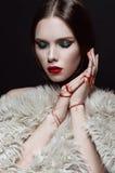 Νέα όμορφη γυναίκα με το δημιουργικό makeup στοκ φωτογραφία με δικαίωμα ελεύθερης χρήσης