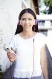 Νέα όμορφη γυναίκα με το κινητό τηλέφωνο Στοκ φωτογραφίες με δικαίωμα ελεύθερης χρήσης