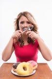 Νέα όμορφη γυναίκα με το μαχαίρι και δίκρανο που διασχίζεται Στοκ Εικόνες