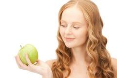 Νέα όμορφη γυναίκα με το πράσινο μήλο Στοκ φωτογραφίες με δικαίωμα ελεύθερης χρήσης