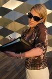 Νέα όμορφη γυναίκα με το σύνδεσμο εγγράφων που μιλά το κινητό τηλέφωνο Στοκ Εικόνα