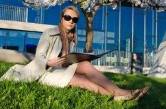 Νέα όμορφη γυναίκα με το σύνδεσμο εγγράφων Στοκ Εικόνες