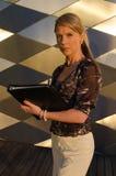 Νέα όμορφη γυναίκα με το σύνδεσμο Στοκ φωτογραφίες με δικαίωμα ελεύθερης χρήσης