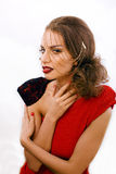 Νέα όμορφη γυναίκα με το ύφος μόδας makeup, αλυσίδα όπως το gussar ρόλο που απομονώνεται στο άσπρο υπόβαθρο, κόκκινο μανικιούρ κα Στοκ Εικόνα