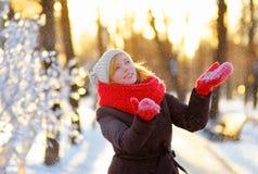 Νέα όμορφη γυναίκα που έχει τη διασκέδαση το χειμώνα Στοκ φωτογραφία με δικαίωμα ελεύθερης χρήσης