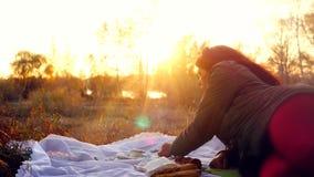 Νέα όμορφη γυναίκα που έχει το καυτό τσάι στο ηλιοβασίλεμα που χαλαρώνει και που απολαμβάνει τη σκηνή φύσης 3840x2160 απόθεμα βίντεο