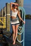 Νέα όμορφη γυναίκα που απολαμβάνει υπαίθρια το θερινό ήλιο στη μαρίνα βαρκών Στοκ Φωτογραφία