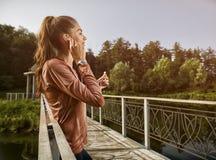 Νέα όμορφη γυναίκα που κάνει την ικανότητα σε ένα πάρκο Στοκ Εικόνες