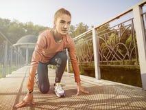 Νέα όμορφη γυναίκα που κάνει την ικανότητα σε ένα πάρκο Στοκ εικόνες με δικαίωμα ελεύθερης χρήσης