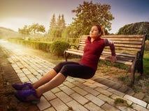 Νέα όμορφη γυναίκα που κάνει την ικανότητα σε ένα πάρκο Στοκ εικόνα με δικαίωμα ελεύθερης χρήσης
