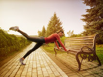 Νέα όμορφη γυναίκα που κάνει την ικανότητα σε ένα πάρκο Στοκ Εικόνα