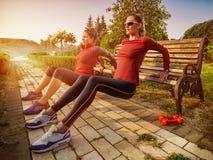 Νέα όμορφη γυναίκα που κάνει την ικανότητα σε ένα πάρκο Στοκ φωτογραφίες με δικαίωμα ελεύθερης χρήσης