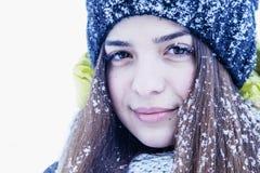 Νέα όμορφη γυναίκα που καλύπτεται Snowflakes βρίσκονται στα eyelashes, eyeb στοκ φωτογραφία με δικαίωμα ελεύθερης χρήσης