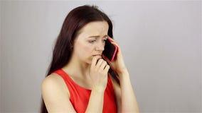 Νέα όμορφη γυναίκα που μιλά στο τηλέφωνο κακές ειδήσεις φιλμ μικρού μήκους