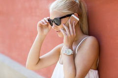Νέα όμορφη γυναίκα που μιλά στο τηλέφωνο Στοκ εικόνα με δικαίωμα ελεύθερης χρήσης