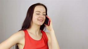 Νέα όμορφη γυναίκα που μιλά στο τηλέφωνο απόθεμα βίντεο